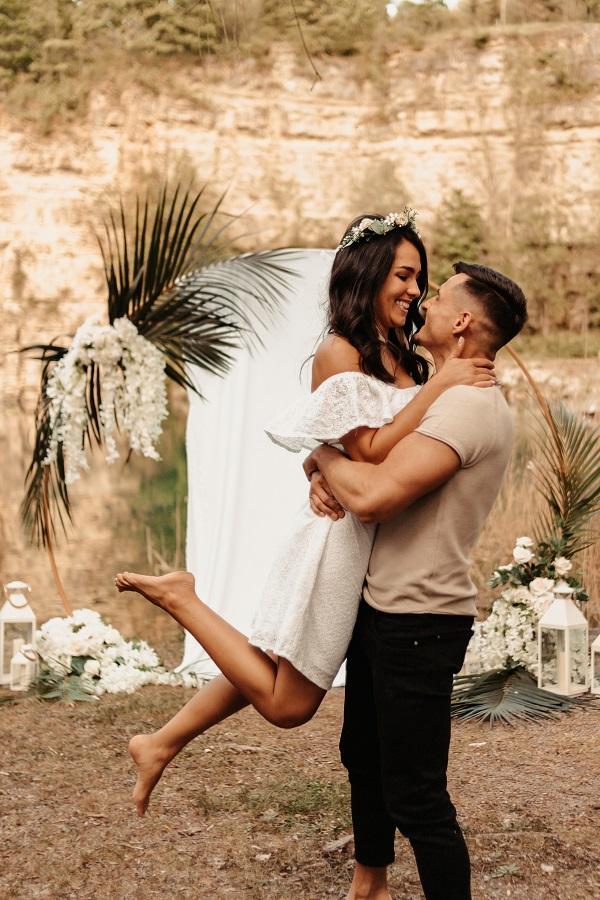 Hochzeitsdekoration für freie Trauung - runder Traubogen mit weißem Tuch und Palmwedeln