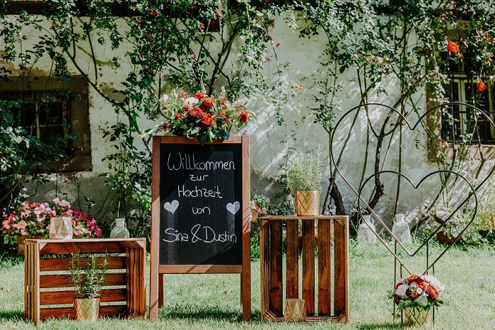 Hochzeitsdeko - rustikales Welcomeschild und Kisten aus Holz