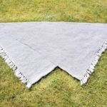 Grau-weißer Deko-Teppich mit Fransen
