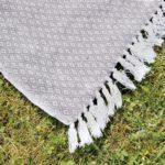 Grau-weiß gemusterter Deko-Teppich mit Fransen