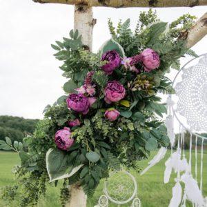 Mittleres, magentafarbenes Blumengesteck für den Traubogen