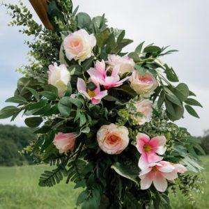 Kleines, roséfarbenes Blumengesteck für den Traubogen