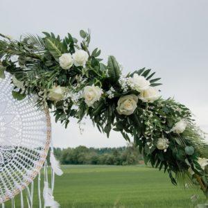 Großes, tropisches Blumengesteck für den Traubogen in weiß