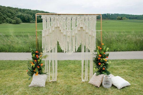 Kupfer-Traubogen mit Makramee-Behang. Kissen, Vasen und Blumendekoration