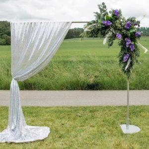 Metalltraubogen in silber mit Blumengesteck und silbernem Dekotuch